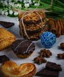 Очень аппетитные печенья от семян подсолнуха, с трубками циннамона стоковые фото