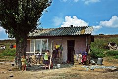 Очень бедные человеки с небольшим домом Стоковое фото RF