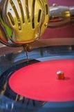Очень близко вверх по взгляду на диске диктора и vinil патефона Стоковое фото RF