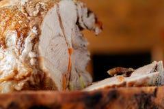 Очень вкусная большая часть свинины на разделочной доске сделанной из прованской древесины Стоковая Фотография