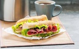 очень вкусная ветчина и свежий сандвич багета Стоковая Фотография