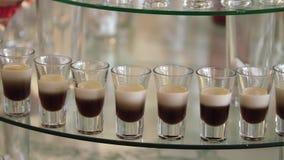 Очень вкусная внутренность таблицы десерта шоколадного батончика приема по случаю бракосочетания залы торжества Занавесы и стена  видеоматериал