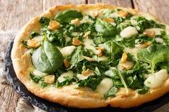 Очень вкусная горячая пицца со свежим концом-вверх шпината, чеснока и сыра на доске горизонтально стоковое изображение