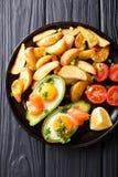 Очень вкусная еда: Испеченный авокадо заполненный с яичками и семгами, fres Стоковые Фотографии RF