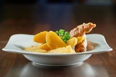 Очень вкусная еда на деревянном столе Стоковые Изображения RF