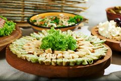Очень вкусная еда на деревянном столе Стоковые Фото