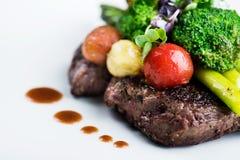 Очень вкусная еда - чернота Ангус стейка Ribeye с спаржей стоковая фотография rf