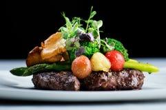 Очень вкусная еда - чернота Ангус стейка Ribeye с спаржей стоковые фотографии rf