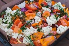 Очень вкусная здоровая еда Предпосылка отрезанных сырцовых овощей перед печь на пергаменте Концепция варить, вегетарианства и стоковое фото