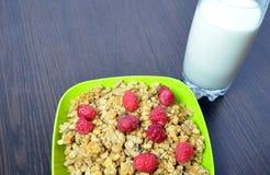 Очень вкусная, здоровая еда - granola с плодоовощами и молоко Стоковая Фотография