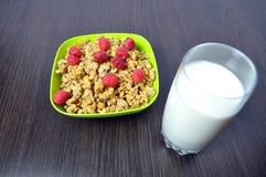 Очень вкусная, здоровая еда - granola с плодоовощами и молоко Стоковые Изображения