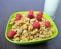 Очень вкусная, здоровая еда - granola с плодоовощами и молоко Стоковое фото RF
