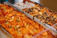 Очень вкусная испеченная традиционная пицца с сыром, томатами, грибами и оливками продана в хлебопекарне стоковые фото