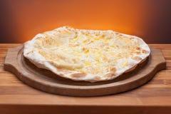 Очень вкусная итальянская пицца, который служат на деревянном столе стоковые изображения rf