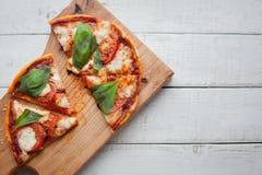 Очень вкусная итальянская пицца Margherita на белом деревянном столе Взгляд сверху Стоковая Фотография RF