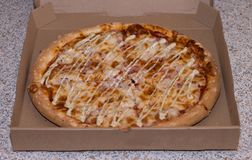 Очень вкусная красивая пицца в коробке Стоковые Фотографии RF