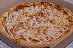 Очень вкусная красивая пицца в коробке Стоковые Изображения