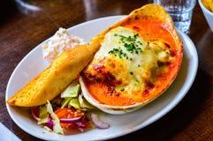 Очень вкусная лазанья с томатным соусом и точно - прерванные луки весны Стоковые Фотографии RF