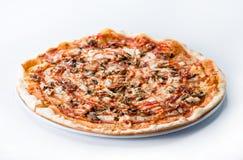Очень вкусная отрезанная итальянская пицца с грибами, ветчиной и che стоковые фотографии rf
