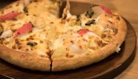 Очень вкусная пицца морепродуктов на деревянной текстурированной таблице стоковое фото