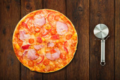 Очень вкусная пицца с беконом и томатом и резцом вишни Стоковое Фото