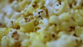 Очень вкусная предпосылка попкорна Съемка макроса текстуры попкорна посоленной и несоленой мозоли видеоматериал