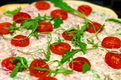 Очень вкусная свежая пицца с томатами и arugula Томаты, arugu стоковые изображения rf