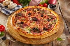 Очень вкусная свежая пицца Стоковые Фото