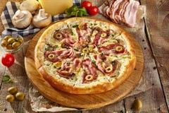 Очень вкусная свежая пицца Стоковое фото RF