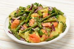 Очень вкусная спаржа зеленого цвета острословия салата, копченые семги и картошки стоковые изображения rf