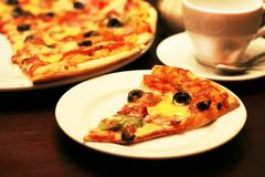 Очень вкусная часть пиццы на таблице Стоковое Фото