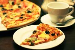 Очень вкусная часть пиццы на таблице Стоковое фото RF