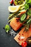 Очень вкусная часть свежего salmon филе с ароматичными травами, Стоковое Изображение RF