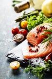 Очень вкусная часть свежего salmon филе с ароматичными травами, Стоковая Фотография RF
