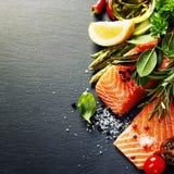 Очень вкусная часть свежего salmon филе с ароматичными травами, Стоковые Фото