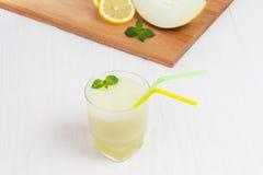 Очень вкусная дыня smoothie коктеиля с мятой стоковые изображения