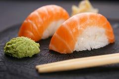 Очень вкусная японская кухня, суши nigiri с семгами служила с Стоковая Фотография RF