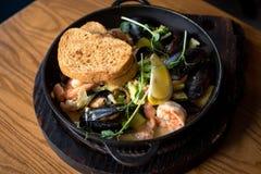 Очень вкусное блюдо моря в плите литого железа стоковое фото