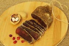 Очень вкусное душистое аппетитное пряное высушенное посоленное мясо со специями с красными семенами и грецкими орехами гранатовог стоковое фото