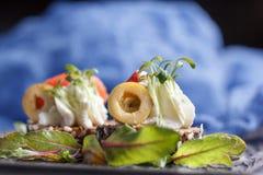 Очень вкусное канапе с семгами, творогом, оливкой с микро- зелеными цветами на темной предпосылке Холодная закуска Стоковые Изображения RF