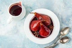 Очень вкусное красное вино крало груши в пряном сиропе Стоковое фото RF