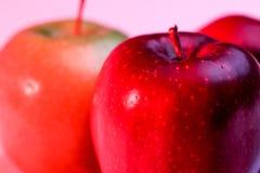 Очень вкусное красное Яблоко и бабушка Смит Яблоко на красный backlighing Стоковые Фотографии RF