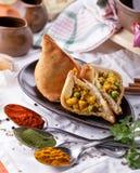 Очень вкусное отрезанное индийское samosa Стоковая Фотография RF