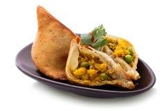 Очень вкусное отрезанное индийское samosa Стоковое Фото