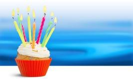 Очень вкусное пирожное дня рождения с горящими свечами Стоковые Фото