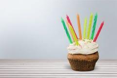 Очень вкусное пирожное с сливк и свечами дальше Стоковая Фотография RF