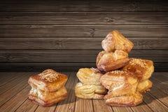 Очень вкусное свеже испеченное квадратное печенье круассана слойки установленное на деревянную предпосылку Стоковая Фотография
