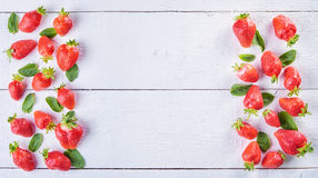Очень вкусное сладостное смешивание плодоовощ клубники и зеленых листьев мяты o Стоковые Фото