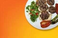 Очень вкусное турецкое традиционное Kebab Kofte с зажаренным томатом на белых фрикадельках плиты стоковая фотография