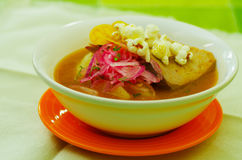 Очень вкусное тушёное мясо рыб encebollado от крупного плана блюда традиционной еды эквадора национального Стоковые Изображения RF